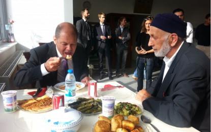 Mevlana Camii'nin açılışında Başbakan Scholz, mantı yedi!