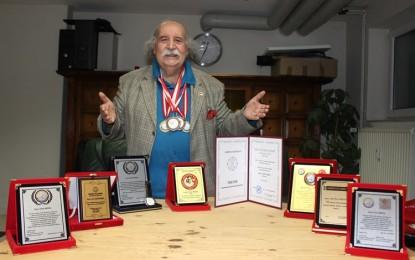Diploma ve Ödül Avcısı Şair Özer Meral