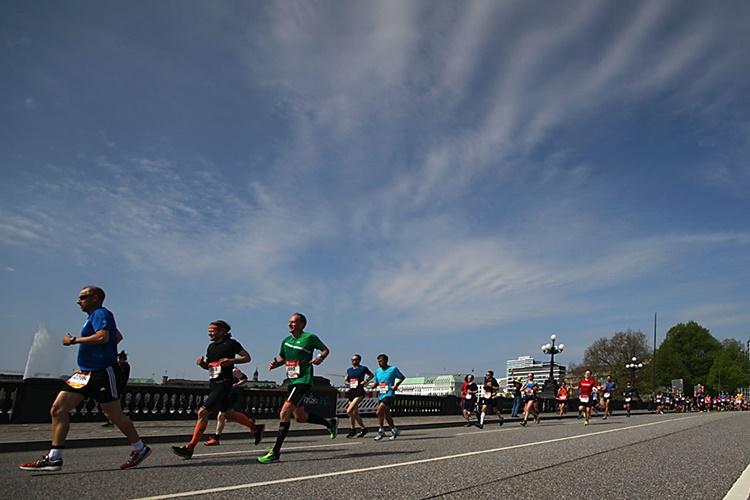 Maraton-Leufer-über-die-lombartbrücke
