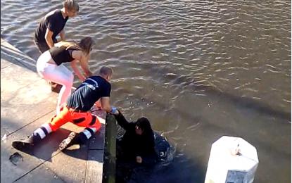 Hamburg Alster gölüne düşen adam kurtarıldı! İZLE